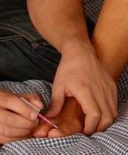 ...zunächst lackiert er ihr die Fussnägel...