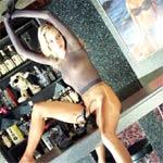 Schau dir den Glanz an, wie ihre in Nylon gekleideten Beine schimmern
