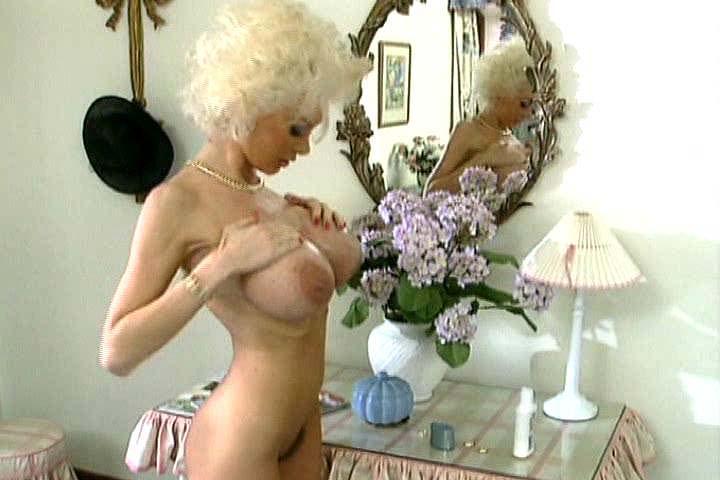 Dolly Taetowierte Sexmaschine Kuessen