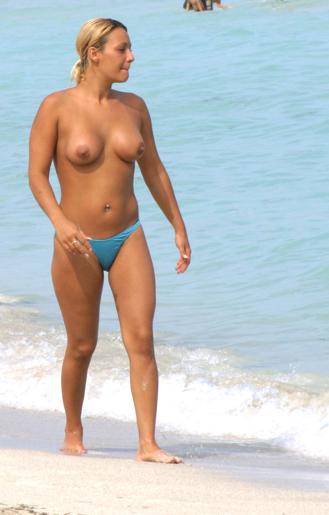 A woman with big boobs show us your tan in the beach cabin - 2 part 4
